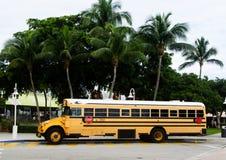 Un autobús escolar amarillo Parket en el puerto de Miami imagen de archivo