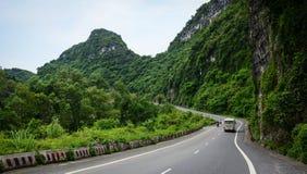 Un autobús que conduce en el camino del moutain en Haifong Fotos de archivo