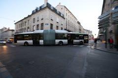Un autobus articulé ou un autobus sinueux au coin de la rue de Stanislas et du D400 le soir à Nancy photographie stock libre de droits