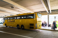 Un autobus de fond par Deutsche Post dans la nouvelle gare routière centrale de Stuttgart photographie stock