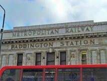 Un autobus de Londres conduit après l'avant de la station de Paddington Image stock