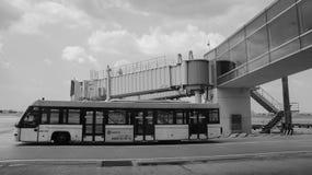 Un autobus fonctionnant à l'aéroport de Tan Son Nhat dans Saigon, Vietnam Photos stock