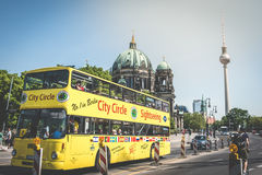 Un autobus guidé en points de repère célèbres - Berlin Cathedral Be Image stock