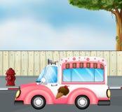 Un autobus rose de crème glacée à la route Photos libres de droits