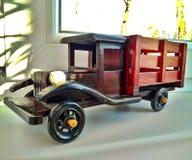 Un autocarro con cassone ribaltabile di legno di marrone dell'annata del giocattolo fotografia stock libera da diritti