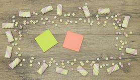 Un autocollant pour votre texte Copiez l'espace décoré des bonbons à guimauve Concept d'amour sur le fond en bois Image libre de droits
