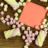 Un autocollant pour votre texte Copiez l'espace décoré des bonbons à guimauve Concept d'amour sur le fond en bois Image stock