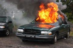 Un automóvil engullido en fuego. fotografía de archivo libre de regalías
