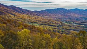 Un automne de la vue des montagnes et de la vallée de crique d'oie images libres de droits