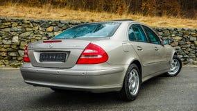 Un'automobile che ha fatto la storia, veicolo tedesco della berlina, parcheggiante i sensori sul paraurti posteriore, tetto apert Immagini Stock Libere da Diritti
