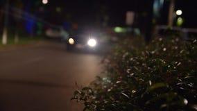 Un'automobile che viene da parte a parte con le luci cape sopra archivi video