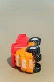 Un'automobile del giocattolo su una spiaggia Fotografie Stock