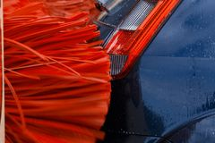 Un'automobile dentro una lavatrice dell'automobile mentre sta funzionando fotografie stock