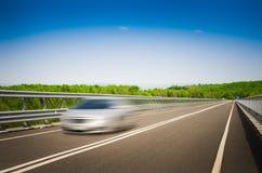 Un'automobile di accelerazione su un'autostrada immagine stock