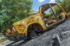 Un'automobile fuori bruciata abbandonata e rubata Immagine Stock Libera da Diritti