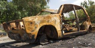 Un'automobile fuori bruciata abbandonata e rubata Fotografia Stock