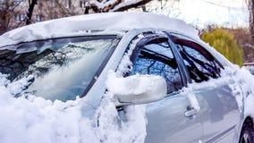 Un'automobile sotto la neve Fotografie Stock Libere da Diritti