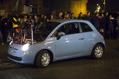 Un'automobile speciale di 007 spettri (Craig & Bellucci 2015) sull'insieme Belle vecchie finestre a Roma (Italia) Fotografie Stock