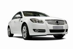 Un'automobile statica bianca indipendente nella priorità bassa bianca fotografie stock