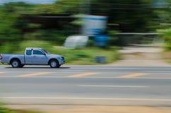 Un'automobile sulla strada. Fotografie Stock