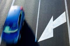Un'automobile sulla strada immagine stock