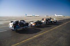 Un'automobile toglie i bagagli dei passeggeri dell'aria Immagine Stock