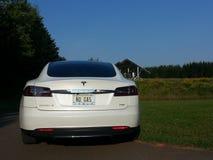 Un automobile tout-électrique du modèle S de Tesla actionné par le soleil Images libres de droits