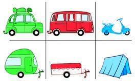 Un'automobile, un furgone e un motorino con le merci di campeggio (caravan, campeggiatore, tenda) Fotografie Stock