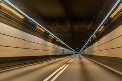 Un'automobile veloce dentro il tunnel fra Malmo e Copenhaghen Immagine Stock