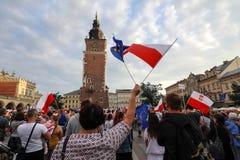 Un autre jour dans des milliers de Cracovie de personnes protestent contre la violation le droit constitutionnel en Pologne Image libre de droits