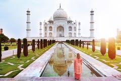 Un avant de position de femme de Taj Mahal quand hausse du soleil photo stock