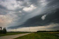 Un avant de tempête se déplace à travers la campagne aux Pays-Bas images stock