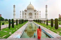 Un avant debout de femme de Taj Mahal images stock
