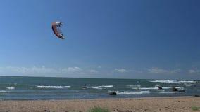 Un aventurero que hace grandes trucos en el mar usando el agua que practica surf GH4 4K almacen de video