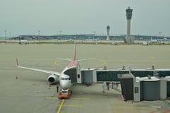 Un avión comercial conectó con el puente del embarque del pasajero en el aeropuerto internacional de Inchon, Seul, Corea del Sur Fotografía de archivo libre de regalías