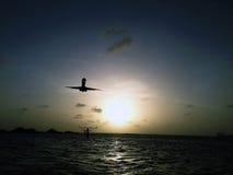Un avión de aterrizaje Imagen de archivo libre de regalías