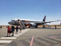 Un avión de Jetstar aterrizado en aeropuerto de la roca de Ayers en Australia imágenes de archivo libres de regalías