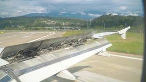 Un avión de pasajeros aterriza en un aeropuerto de la playa almacen de video