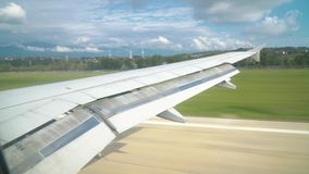 Un avión de pasajeros aterriza en un aeropuerto de la playa metrajes
