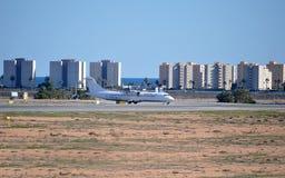 Un avión de pasajeros en Front Of Flats Fotografía de archivo