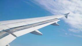 Un avión de pasajeros está volando en el cielo azul con las nubes almacen de video