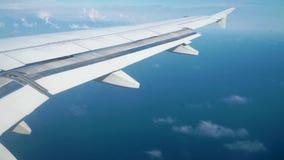 Un avión de pasajeros está volando en el cielo azul con las nubes almacen de metraje de vídeo
