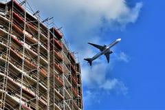Un avión de pasajeros de la línea aérea árabe Qatar saca sobre el emplazamiento de la obra en la ciudad de Berlín, Alemania 2018 Fotografía de archivo