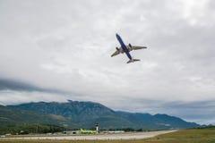 Un avión de pasajeros saca de la pista foto de archivo libre de regalías
