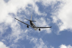 Un avión de reacción en aire Fotos de archivo
