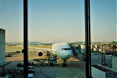 Un avión en el área de embarque imagen de archivo