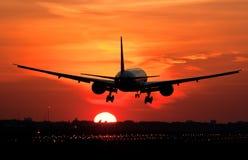 Aterrizaje plano en salida del sol Imagen de archivo
