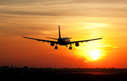 Aterrizaje plano en salida del sol Imagenes de archivo