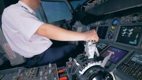 Un aviador controla un avión, cierre para arriba almacen de video