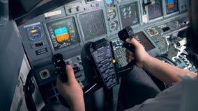 Un aviador está manejando un control rueda adentro una carlinga plana del ` s metrajes